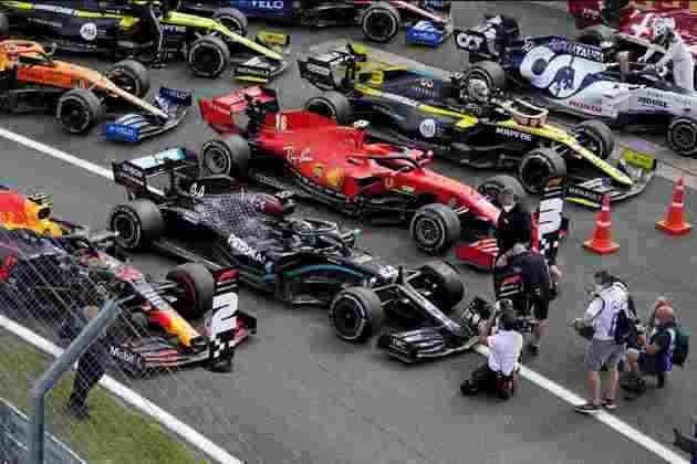 Carros estacionaram no parque fechado, com destaque para a Mercedes de Hamilton com pneu furado