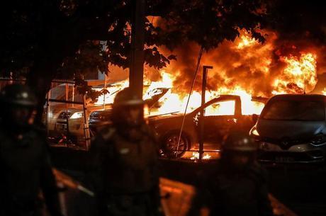 Carros incendiados em frente ao tradicional Hotel O'Higgins