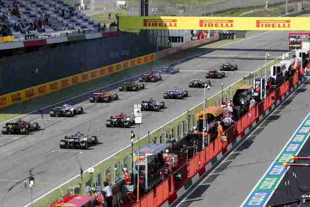 Carros partem para a segunda largada no GP da Toscana