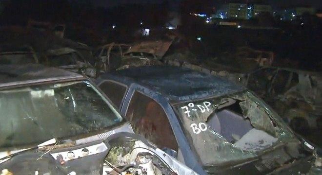 Cerca de 40 carros foram queimados em um incêndio no pátio da zona leste