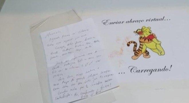 """Cartas são deixadas na caixinha chamada """"Cantinho do Abraço Virtual"""""""