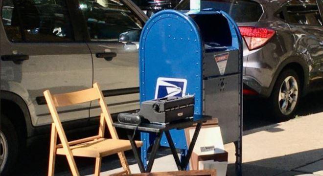 Brandon deixa sua máquina de escrever ao lado da caixa de correios