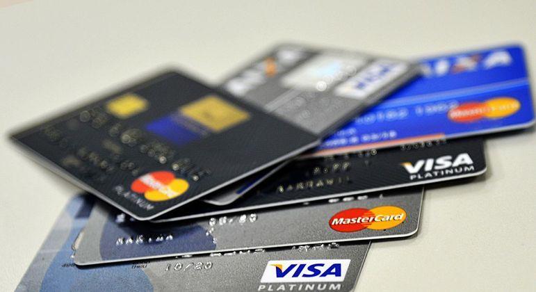 Homens conseguem maior limite para uso do cartão de crédito do que as mulheres