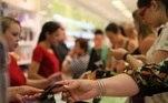 CARTÃO DE CRÉDITO - COMÉRCIO - COMPRA - LOJA - NATAL - PAGAMENTO - VENDEDORA - CARTÃO - DÉBITO Legenda: Brasil, São Paulo, SP. 12/12/2013. Cliente paga as compras de Natal com cartão no caixa da loja do Boticário, no Shopping Center Norte.