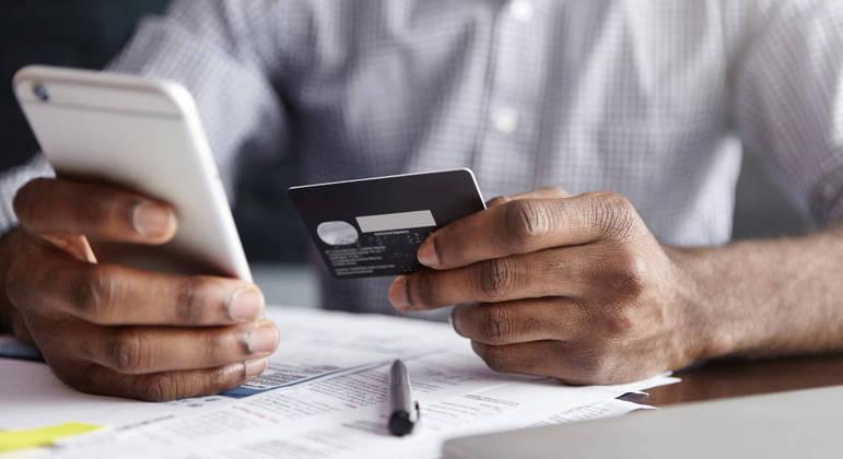Cartão de crédito pode ser aliado ou vilão na hora de organizar o orçamento familiar