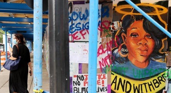Breonna Taylor aparece em cartazes e fotos em várias cidades americanas