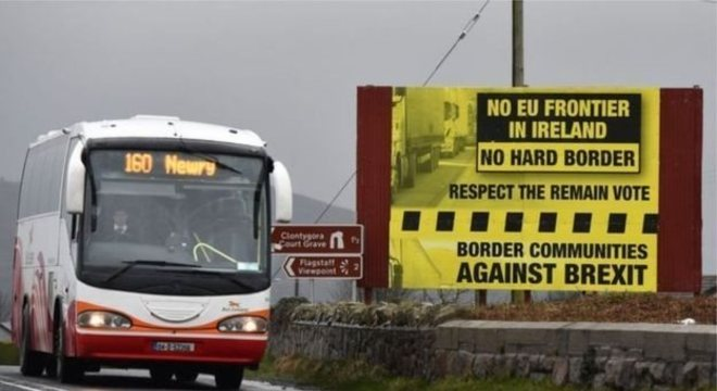 Cartaz de protesto contra o Brexit e mudanças na fronteira irlandesa; temor é que processo de paz seja colocado em risco