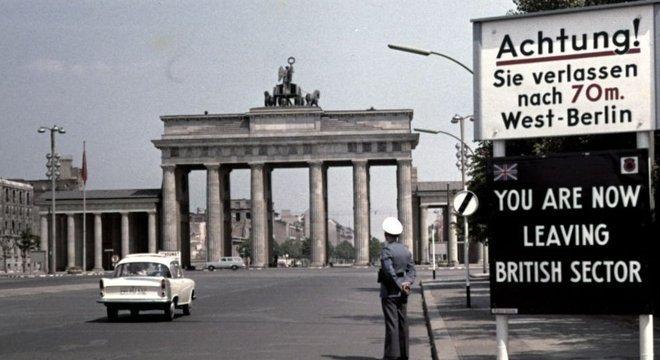 Cartaz diz 'você está deixando o setor britânico de Berlim'; Alemanha e sua capital foram repartidas entre os Aliados
