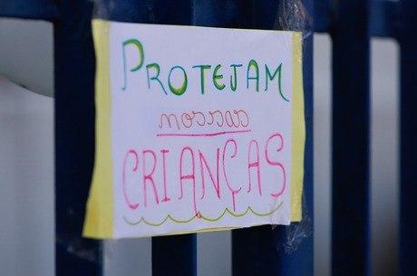 Cartaz colado no portão da clínica onde criança foi atendida em PE