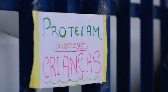 Cartazes erguidos em manifestação a favor da meninas de 10 anos estuprada