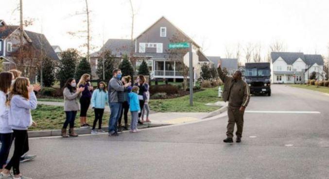 Homem foi homenageado por moradores dos locais onde ele faz as entregas
