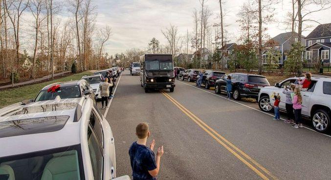 O entregador foi surpreendido por moradores locais que lhe prestaram homenagens