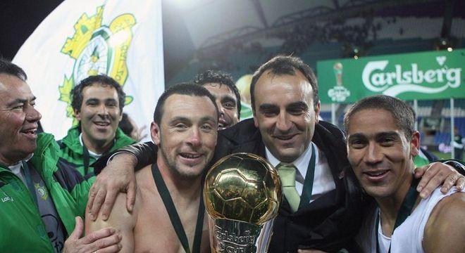 Carvalhal comemorando a Taça da Liga, com o Vitória de Setúbal. Poucos títulos