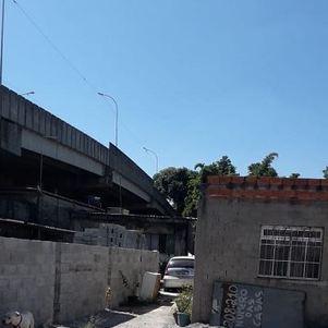 Construção fica ao lado de viaduto