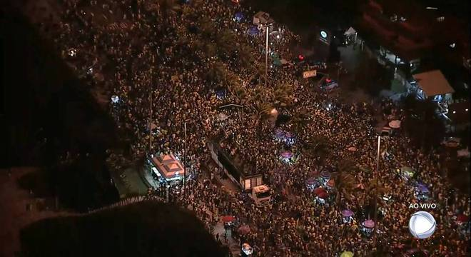 Manifestantes se reúnem na porta da casa de Bolsonaro