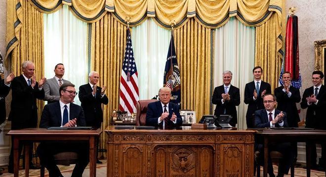 O presidente sérvio, Aleksandar Vucic, Trump e o premiê kosovar, Avdullah Hoti