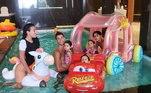 Normalmente é assim que a família Aveiro curte a piscina dentro da luxuosa mansão