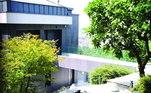 As casas estão interligadas, mas cada uma tem acesso privado e seu próprio parque. O imóvel possui uma área de 805 m² um terreno de mais de 4.747 m²... Nada mal o isolamento do craque!Veja mais:Após título da NBA, LeBron James compra carro de R$ 11 milhões