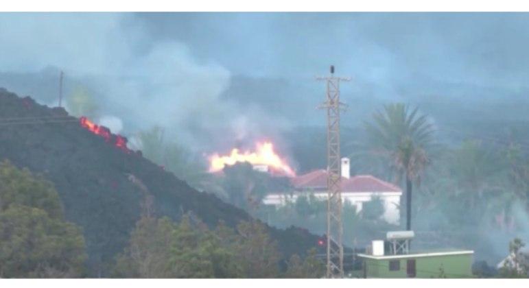 Casas pegam fogo com o avanço da lava do vulcão Cumbre Vieja, na ilha de La Palma