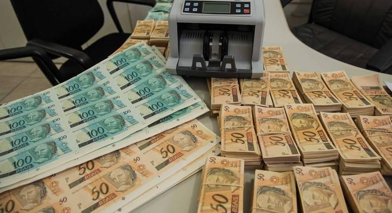 Dupla teria movimentado dinheiro falso em Inhaúma (MG)