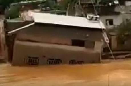 Casa de dois andares é levada por enchente