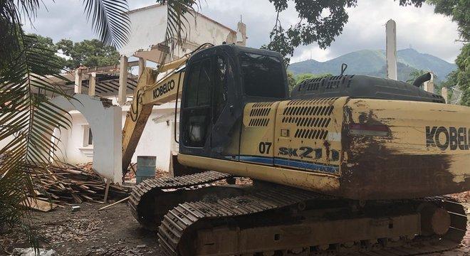 Muitas casas estão abandonadas, sendo demolidas ou foram vendidas a corpos diplomáticos