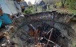 Uma casa inteira foi engolida por um buraco do dia para noite, levando consigo o corpo de uma idosa de 78 anos que estava dentro dela