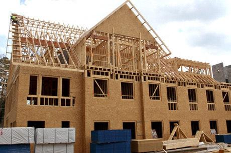 Casa feita com os painéis de madeira reutilizada