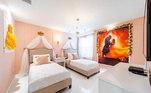 Um dos quartos mais bonitos é o que tem o tema do filme 'A Bela e a Fera'. Com imagens e até mesmo um vestido na parede, o local é bem aconchegante
