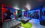 O trio ainda pode escolher dormir com a proteção dos Vingadores, em um quarto que traz uma temática da sequência de filmes da Marvel que fez muito sucesso