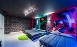No local, cada cama traz um super-herói na parede. Qual será que eles vão escolher? Thor, Hulk ou Capitão América?