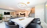 Com uma sala de jantar e uma arquitetura aberta, a casa é ótima para o atacante aproveitar seu tempo livre e receber toda a família