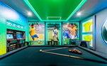 Com uma mesa de sinuca, o espaço permite aquele momento de diversão enquanto assiste uma partida. Talvez seja o espaço favorito do craque