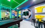 A casa tem também um espaço para os apaixonados por futebol. A sala de jogos traz o tema do esporte mais famoso do mundo, com camisas e imagens de Hulk na parede
