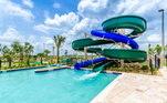 Próximo da residência também está localizada essa piscina gigante. localizada em um parque da Disney, a diversão não deve faltar nesses escorregador
