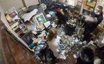 A casa de uma moradora dos Estados Unidos passou por uma mudança quase inacreditável: tinha lixo até o teto, mas agora voltou a ser habitável