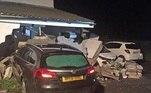 Como é viver em uma das casa mais perigosas do Reino Unido? Em Devon, um condado no sudoeste do país, carros já bateram 21 em uma residência, em seis anos, e a dona já não sabe mais o que fazer!