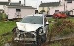 Já são seis anos de múltiplos acidentes de carros. Em um desses acidentes, um trator entrou no jardim e levou parte de sua varandaLEIA ISSO:Carro 'voa 40 m' e fura o telhado de casa após batida em alta velocidade