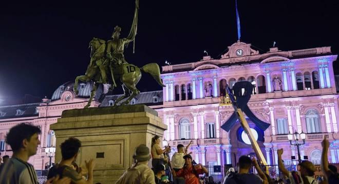 Fãs se reúnem em frente à Casa Rosada
