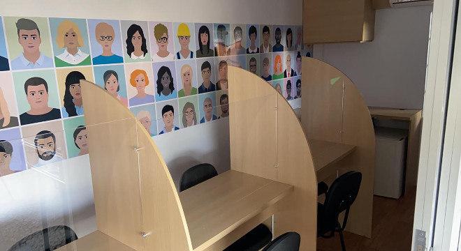 O espaço interno foi planejado para permitir os atendimentos ao público