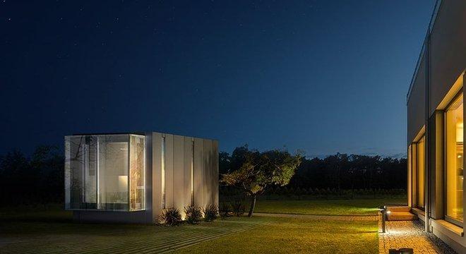 Alguns truques arquitetônicos ajudam a tornar as pequenas casas mais confortáveis, como pé-direito alto
