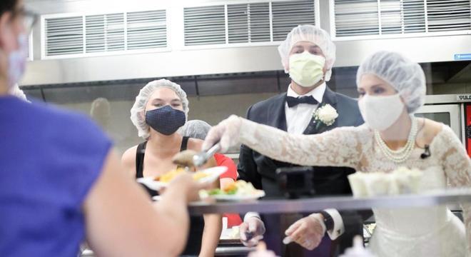 Casal doou comida e alimentou mulheres e crianças no dia do seu casamento