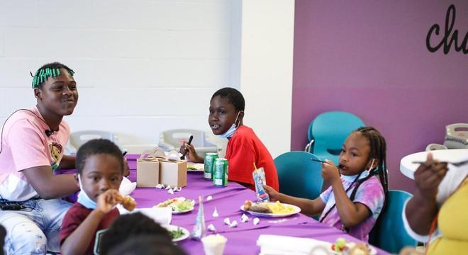 Crianças passaram o dia se alimentando das doações do casamento