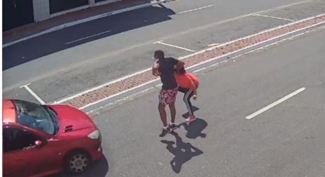 Homem foi jogado no asfalto enquanto mulher ficou presa em cima do carro