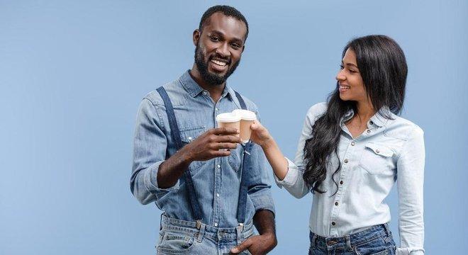 O NHS, serviço de saúde pública do Reino Unido, recomenda beber de seis a oito copos de líquidos por dia, incluindo chá e café