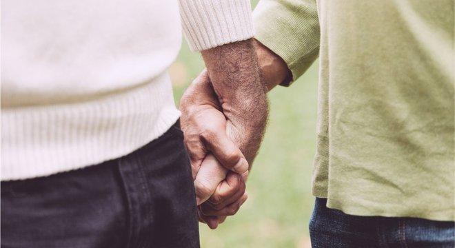 Casal de homens de mãos dadas