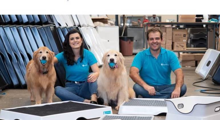 Lara e Fábio criaram sanitário para pets que leva xixi direto para o ralo