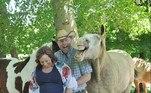 Inicialmente, a ideia do casal era completar a foto com a filha de 10 anos de Phil, Ava, mas ela não pode comparecer. Aí eles tiveram a ideia de compor a imagem com cavalos, incluindo BuckshotLEIA MAIS:Armas, milícia e fugas: a vida insana do ricaço John McAfee
