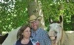 O casalAmanda Eckstein e Phil Werner queria fazer uma bela foto para registrar a gestação, mas acabou ofuscado pelo atrevimento e o sorriso sincero do cavalo Buckshot