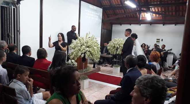 Os intérpretes interpretavam para os surdos enquanto a cerimônia acontecia